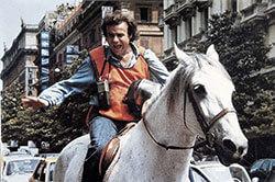 Ragazzo del pony express Jerry Calà su cavallo